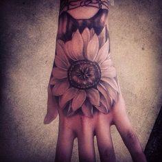 Sonnenblume auf Hand tätowiert