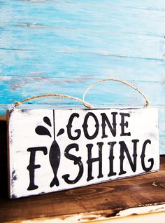Looking for a fun Father's Day gift? This Gone Fishing Mini Wood Sign is perfect for your dad if he loves fishing. And it's so easy to make! Gone Fishing Sign, Fishing Signs, Boy Fishing, Boys Fishing Bedroom, Fishing Chair, Fishing Stuff, Fishing Knots, Diy Gifts For Dad, Diy Father's Day Gifts