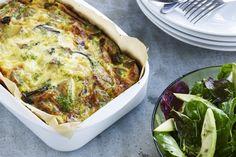 Ovnbagt kartoffelæggekage med en salat af spæde salatblade og avokado.
