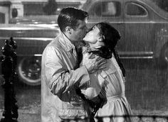 """George Peppard bacia Audrey Hepburn sotto la pioggia in """"Colazione da Tiffany"""" (1961). E l'amore trionfa."""