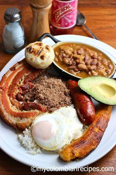 Bandeja Paisa (Colombia) - Tradicionalmente la Bandeja Paisa incluye frijoles, arroz blanco, chicharrón,carne en polvo, chorizo, huevo frito, plátano maduro, aguacate y arepa, pero se puede sustituir la carne en polvo por carne de res o de cerdo a la parrilla.