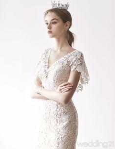 [2018 S/S Dress 2]우아하고 고급스러운 스타일의 웨딩드레스 선보이는 쥬빌리브라이드 Plain Wedding Dress, Wedding Dress Styles, Bridal Dresses, Bridesmaid Dresses, Wedding Bride, Wedding Gowns, Wedding Photoshoot, Dream Dress, Beautiful Dresses