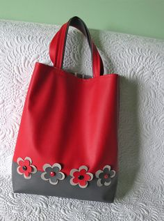 Faux leather shopping bag via Embroidery Bags, Hand Embroidery Stitches, Pink Tote Bags, Reusable Tote Bags, Fabric Boxes, Sewing Leather, Handmade Bags, Handmade Leather, Little Bag