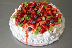 My bleeding Pavlova 🍓🍓🍓 Desserts Printemps, Pavlova Cake, Forest Fruits, Spring Desserts, Cheesecake, Good Food, Strawberry, Birthday Cake, Cream