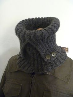 Les hommes aussi ont le droit d'avoir le cou au chaud cet hiver!!! Avec deux petits boutons sur le col ça fait plus chic pour ces messieurs!!!! Ou bien rangé à l'intérieur pour ne pas avoir de courant d'air dans la nuque...