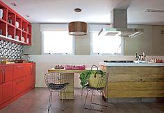 A cozinha era muito longa e estreita, por isso a arquiteta Regina Adorno resolveu adotar uma ilha para a família preparar as refeições