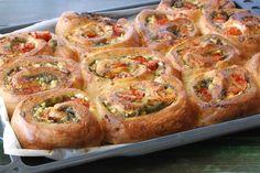 אסנת לסטר עוזרת לכם לתת לחג טאץ' מארץ המגף עם מאפה שמרים מלא בתוספות מרעננות – וגם חצילים אפויים עם גבינות