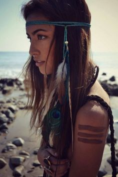 DIY boho feather hairpiece, Bohemian style hair accessories, Hippie headband with feathers, Hippy Gypsy modern fashion accessories and hair jewelry ideas and inspiration Hippie Chic, Hippie Style, Estilo Hippie, Bohemian Style, Modern Hippie, Hippie Masa, Tribal Style, Gypsy Style, Look Festival