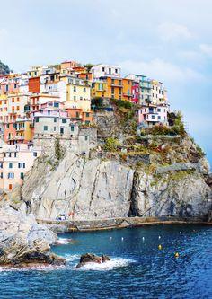 Immer eine Reise wert: Das italienische Manarola liegt wie gemalt an der steilen Felsenküste. Das kleine Örtchen gehört mit Monterosso al Mare, Vernazza, Corniglia und Riomaggiore zu den berühmten Cinque Terre an der italienischen Riviera, die Ende der 1990er-Jahre zum Weltkulturerbe erklärt wurden.