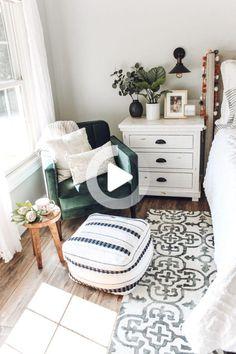 Pouf Design, Home Decor Bedroom, Modern Bedroom, Contemporary Bedroom, 1920s Bedroom, Cozy White Bedroom, Green And White Bedroom, Minimalist Bedroom, Trendy Bedroom