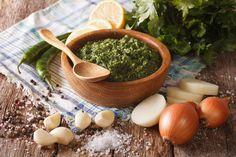 Morcilla y chorizo: cómo acompañarlos para lograr el asado perfecto  Chimichurri. Foto: Shutterstock