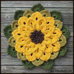 Ja, das ist eine Sonnenblume. Dazu gibts nicht viel zu sagen, also gleich zu den Credits: Diesen wunderschönen Topflappen von Cristina Vasconcellos habe ich auf ihrer flickr-Seite gesehen, und zwar…