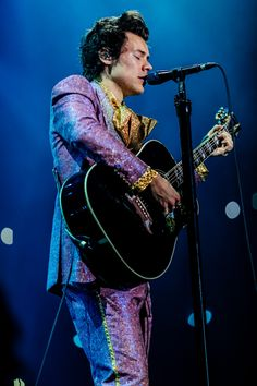 In Milan, Harry wore yet another Gucci suit, this time in purple.