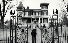 Stephen King in 1982 outside of his house in Bangor, Maine. While in Bangor do a drive by to see Kings creepy home :) Stephen King It, Steven King, Bangor Maine, Freeport Maine, Paul Bunyan, Shiloh, Katniss Everdeen, Kings Home, Front Gates