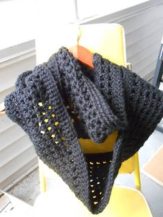 This free  pattern can be changed to your liking, making it as small as a neck cowl or as large as you want and has thick or thin as wanted as well.