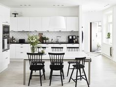 Simple yet functional and elegance are the main impression of the Scandinavian kitchen style. Mentioned below are ideas of scandi-style kitchen that can be learned and do. Bright Kitchens, Home Kitchens, Kitchen Dinning, Kitchen Decor, Dining Room, Sweet Home, Ideas Hogar, 3d Home, Scandinavian Kitchen