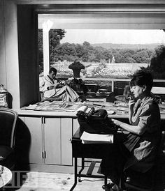 Dorothy Parker (1893-1967), cuentista, dramaturga, crítica teatral, humorista, guionista y poeta estadounidense, escribiendo a máquina.