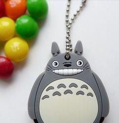 Ampliamos elcatálogo de nuestra mascota de Ghibli favorita. Lleva a Totoro contigo a todas partes, con esta funda para llaves, tendrás un llavero original
