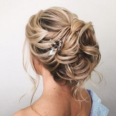 Whether a classic chignon, textured updo or a chic wedding updo with a beautiful details. These wedding updos are perfect for any bride looking for a unique #weddinghairstyles