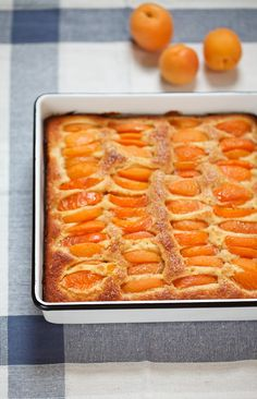 A simple recipe for a summery apricot and almond cake, that everyone can make. The dough is quickly mixed and topped with fresh sweet and tart apricots.