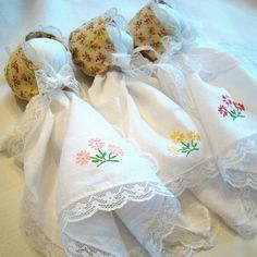 Handkerchief Dolls - - Also know as church dolls, plantation dolls, and sugar babies. Fabric Crafts, Sewing Crafts, Sewing Projects, Quilt Pattern, Doll Patterns, Sewing Patterns, Kids Christmas, Christmas Crafts, Pioneer Crafts
