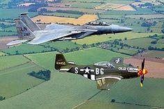 Un McDonnell Douglas F-15 Eagle de los años 1980 (arriba) junto a un North American P-51 Mustang de la Segunda Guerra Mundial.