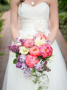Lovely bright bridal bouquets for a summer wedding