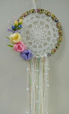 #atrapasueños #flores #vintage Lace Dream Catchers, Dream Catcher Craft, Dream Catcher Boho, Easy Crafts To Sell, Diy Crafts For Kids, Arts And Crafts, Crochet Dreamcatcher Pattern, Crochet Mandala, Crochet Wall Art