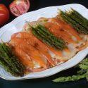 Receta deensalada de verano con ahumados de Karlos Arguiñano, una sabrosa combinación de salmón y bacalao ahumado agregado de esparragos verdes salteados.
