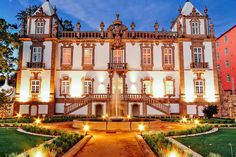 Ninguém fica indiferente ao majestoso Hotel Palácio do Freixo. Localizado nas margens do rio Douro, este opulento palácio barroco do século XVIII, classificado como Monumento Nacional, foi meticulosamente restaurado e aberto ao público em 2009. Places In Portugal, Porto Portugal, Portugal Travel, Places To Travel, Places To Visit, Most Luxurious Hotels, Douro, Beautiful Castles, Old Building