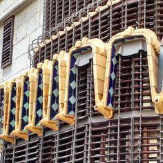 Vedenohjauskin voi olla parhaimmillaan lähes taideteos. Tässä Antonio Gaudin suunnitteleman Güellin palatsin (1888) sisäpihan julkisivussa oleva elementti yhdistää sekä vedenohjauksen että polttavassa auringonpaisteessa tarvittavat varjostimet. Ornamentin alareunassa näkyvät vedenheittäjät ohjaavat sadeveden riittävän kauas julkisivusta niin ettei se pääse kastumaan. Paristakymmenestä vedenheittäjästä samanaikaisesti suihkuava vesi on varmasti rankkasateella upea näky!