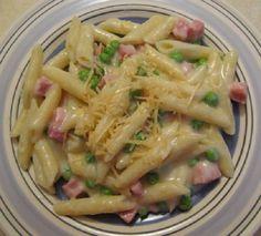 A Receita de Macarrão com Molho Branco, Presunto e Ervilhas é prática e deliciosa. O molho branco é feito à base de leite e creme de leite, acrescido de pr