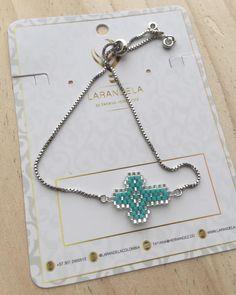 Pulsera F E, se diseñan de todos los colores #larandela #originalaccesoriosdart #accesoriosDArt Pendant Earrings, Beaded Earrings, Beaded Bracelets, Peyote Patterns, Beading Patterns, Diy Jewelry, Jewelry Making, Beaded Cross, Bracelets