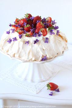 Every Cake You Bake: Fiołkowa pavlova z truskawkami