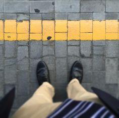 Pare che farsi la foto ai piedi con la riga gialla quando si prende l'alta velocità sia l'ultima moda dei trend setter. #rigagialla #treno #ffss #trendsetter #poerannoi