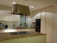 EINFAMILIENHAUS - Modell: Intuo. Farbe: Panna. Platte: Granit Praha Gold. Geräte: Miele. Kitchen Island, Gold, Home Decor, Granite, Detached House, Model, Color, Island Kitchen, Interior Design