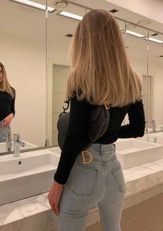 Discovered by 𝐒. Find images and videos about fashion, style and hair on We Heart It - the app to get lost in what you love. Beauté Blonde, Blonde Hair Looks, Blonde Hair With Highlights, Brown Blonde Hair, Hair Color For Black Hair, Blonde Balayage, Girls With Blonde Hair, Hair Cuts Girls, Medium Blond Hair