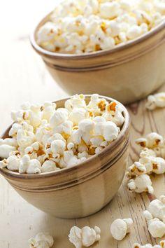 Hassle Free Holiday Snack: Perfect Holiday Popcorn | beyondthepeel.net