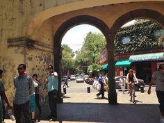 Terminamos en el Jardin Hidalgo, junto a los arcos que alguna vez fueron la entrada al atrio de la Iglesia. Foto Mónica Tapia A.