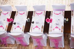 Weddingstyling / de versiering / aankleding tijdens een bruiloft. strik, tule, bloem, roos, roze, stoel, decoratie, stoelen, tafel, table, trouwlocatie, diner, organza, http://www.rikkemienfotografie.nl/