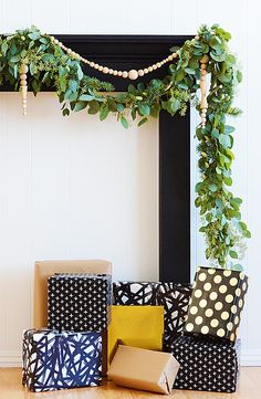 Give your home a cozy feel this holiday season with no-fuss evergreen garland made of eucalyptus and pine. This DIY is easy to make and perfect for a staircase, mantle or even as a backdrop at a wedding. Click in to start making this homemade garland decoration.