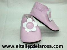 Patucos de bebé fabricados artesanalmente en auténtica piel de las mejores calidades. Bonito patuco de bebé rosa en combinación con la flor blanca. http://www.eltallerdelarosa.com/patucos-de-bebe/9-patucos-de-bebe-flor-blanca.html