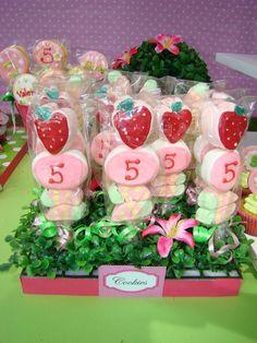 Pinchos de marshmallows decorados con chocolate