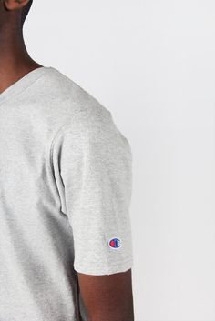 Champion Heritage T-Shirt - oxford greyFit: Regular - shop to sizeMaterial: 100% cotton- Double stitching for durability- Tag free for no itches or scrathes- Ribbed crewneck to retain shape- Shoulder to shoulder tapingMikka wears pants by Champion and shoes by Reebok