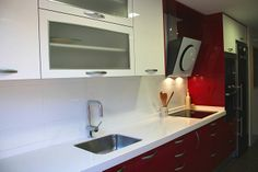 #diseño de #cocinas Diseño de cocinas en Getafe sector tres cocina moderna modelo Rey rojo Silestone blanco Zeus mini ohm