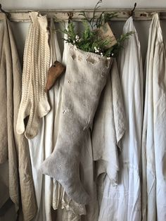 Here are best Minimalist Christmas decorations for your inspo. Simple & Natural Christmas decor are great for modern homes, small spaces or budget decors. Minimal Christmas, Natural Christmas, Scandinavian Christmas, Primitive Christmas, Country Christmas, Simple Christmas, White Christmas, Christmas Ideas, Christmas Booth