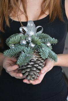 Kerstmis is een bijzondere tijd... Laat de decoraties maken van een magische kerstsfeer in uw huis... Deze aanbieding is voor grote Pine Cone Christmas Ornament Deze regeling zal ziet er geweldig uit, waar u het boven de open haard of de trap hangen. Waarom niet hangen op de deurkozijnen of in de windows! Het kan werken als een uniek cadeau voor vrienden en familie! Ik zou graag uw gift sturen rechtstreeks naar de ontvanger met een bericht van u opgenomen. Gebruikte materialen: dennenapp...