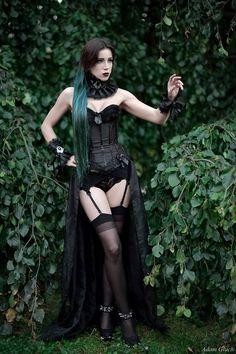 MUA: Elizabeth Gothic and Amazing Goth Beauty, Dark Beauty, Dark Fashion, Gothic Fashion, Witch Fashion, Vampire Dress, Mode Sombre, Fly Dressing, Cyberpunk Girl