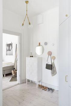 Home in brass and blush pink Muebles para zonas de paso y recibidores