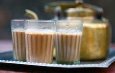 """Trà chai Masalay là một loại thức uống này có từ 5.000 năm về trước tại Ấn Độ. Trước hết, sữa được nấu trong nồi lớn hòa thêm đường và nước. Sau đó, đầu bếp cho trà vào nồi sữa rồi khuấy đều. Masala có nghĩa là """"cay"""". Để tạo vị Masala, thật nhiều gừng giã nhuyễn được thả vào trà. Thức uống nổi tiếng ở Ấn Độ này hấp dẫn người ăn bởi vị vừa ngọt, vừa thơm, lại cay cay. Người Ấn Độ vốn chuộng trà hơn cà phê và trà cay là thứ đồ uống đường phố được yêu thích bậc nhất ở Mumbai."""
